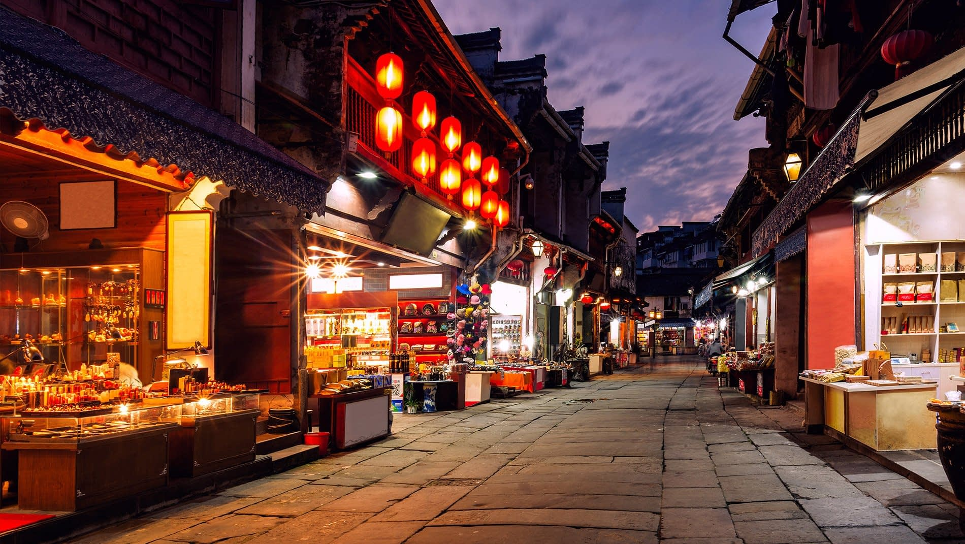 Huangshan Old Street~In the heart of the ancient downtown area, this street has been bustling with activity for over 400 years. From ink stones to calligraphy brushes, dried teas to ink sticks, it focuses on the treasures of the traditional scholar.