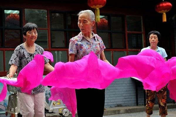 Women practicing fan dancing in the hutongs